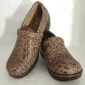 b.o.c. TOOLED LEATHER SLIP-ON CLOGS PECAN 8MED